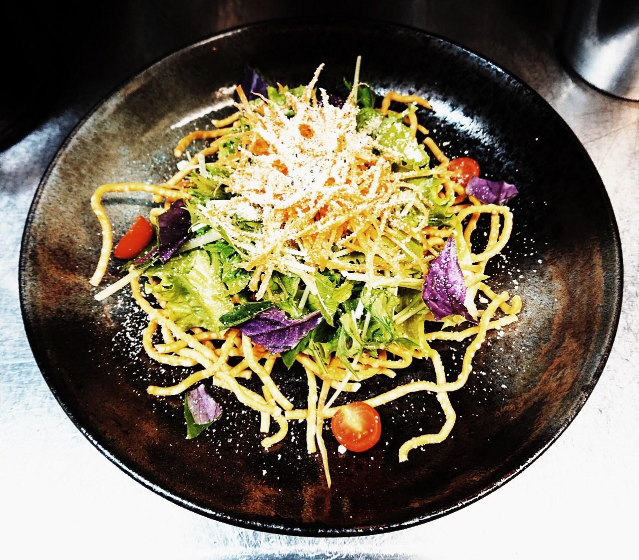 沖縄そばのバリバリシーザーサラダ